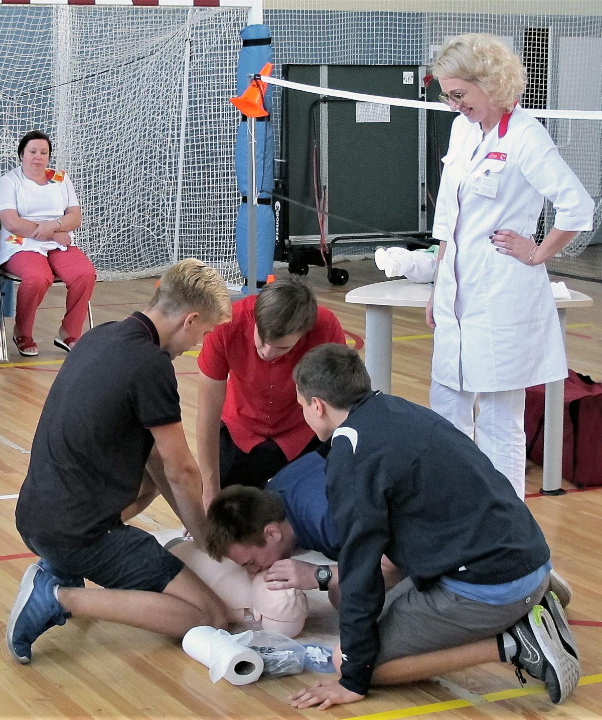 Врачи «Олимпа Здоровья» показали школьникам из «Репного», как оказать первую медицинскую помощь
